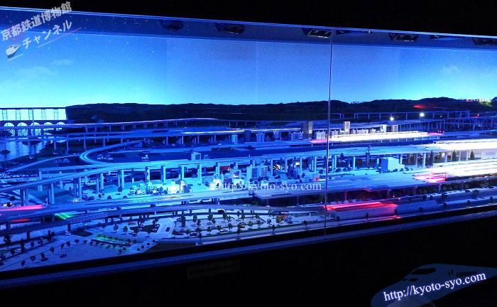 夜の照明の鉄道ジオラマ