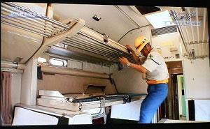 クハネ581形35号車の寝台をセットするシーン