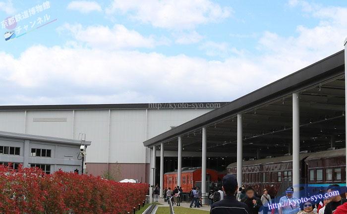 京都鉄道博物館のプロムナードと青空