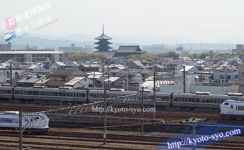 京都鉄道博物館の隣を走る新快速や特急はるか