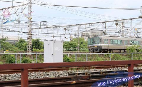 SLスチーム号のすぐ隣を走るJR京都線