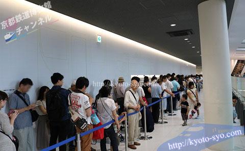 京都鉄道博物館の鉄道ジオラマショーに並ぶ人