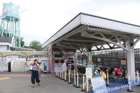 京都鉄道博物館のSLスチーム号に並ぶ人