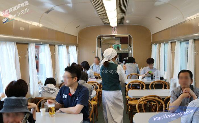 京都鉄道博物館のブルートレインで食事をする風景