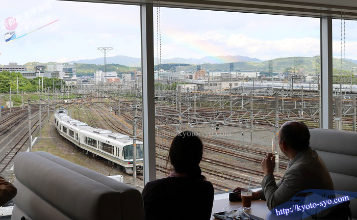 京都鉄道博物館のレストランの窓際の席