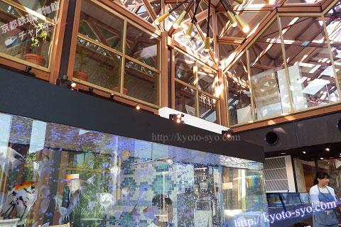 天井が高く開放的な店内