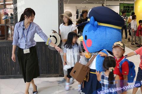 京都鉄道博物館の中を歩くウメテツ